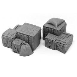 Piles de caisses et de sacs